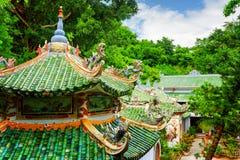Сценарный взгляд крыш плитки пагоды Linh Ung среди древесин Стоковая Фотография RF