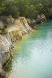 Сценарный взгляд маленького голубого озера в Тасмании около двухместного экипажа Стоковое Фото