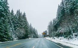 Сценарный взгляд малых людей идя в гору снега, Вашингтон, Стоковое Фото