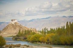 Сценарный взгляд монастыря Ladakh Stakna стоковые фотографии rf