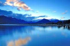 Голубой час в озере Wakatipu Glenorcy, Queenstown Стоковое фото RF