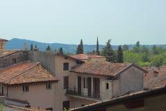 Сценарный взгляд над малой итальянской деревней и холм встают на сторону Стоковая Фотография