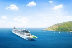 Сценарный взгляд океана с туристическим судном Стоковые Фото