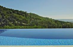 Сценарный взгляд от бассейна на зеленых холмах и море Стоковое Изображение RF