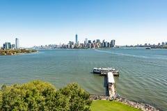 Сценарный взгляд от острова Ellis к городскому Нью-Йорку стоковая фотография rf