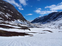 Сценарный взгляд долины между покрытыми снег горами в Норвегии Стоковые Изображения