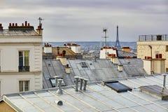 Сценарный взгляд парижских крыш и Эйфелевой башни от Montmartre Стоковое фото RF