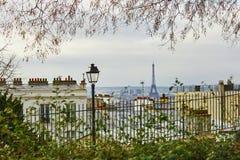 Сценарный взгляд парижских крыш и Эйфелевой башни от Montmartre Стоковые Изображения RF
