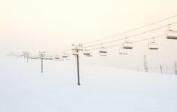 Сценарный взгляд подъема лыжи с над горой в лыжном курорте Стоковое Изображение RF