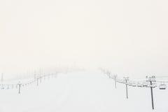 Сценарный взгляд подъема лыжи с над горой в лыжном курорте Стоковое Изображение