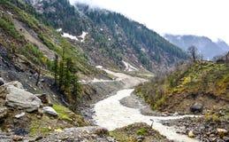 Сценарный взгляд реки & гор Kunhar в Naran Kaghan Valley, Пакистане Стоковое Фото