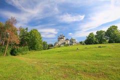 Сценарный взгляд средневекового замка в деревне Bobolice Польша Стоковые Изображения RF