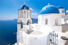 Сценарный взгляд традиционных cycladic голубых белых и голубых куполов Стоковые Изображения