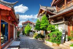 Сценарный взгляд узкой улицы в старом городке Lijiang, Китая Стоковые Фото