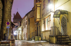 Сценарный взгляд улицы вечера в старом городке в Таллине, Эстонии Стоковая Фотография RF