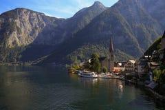 Сценарный взгляд художественной открытки известного горного села Hallstatt Стоковые Изображения RF