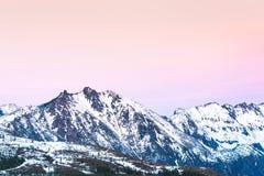 Сценарный взгляд mt St Helens при снег предусматриванный в зиме когда заход солнца, памятник Mount Saint Helens национальный вулк Стоковые Фото