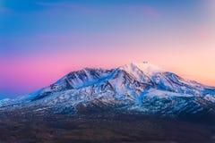 Сценарный взгляд mt St Helens при снег предусматриванный в зиме когда заход солнца, памятник Mount Saint Helens национальный вулк Стоковое фото RF
