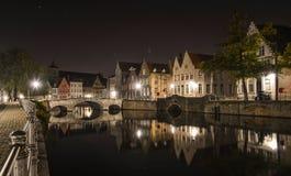Сценарный вид на город канала Брюгге вечером стоковое фото