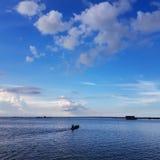 Сценарный вид на озеро против голубого неба стоковые фото