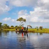 Сценарный вид на озеро против голубого неба стоковое изображение