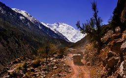 Сценарный высокогорный ландшафт с и горные цепи естественная предпосылка горы Стоковые Изображения