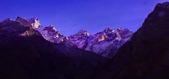 Сценарный высокогорный ландшафт с и горные цепи естественная предпосылка горы Стоковые Фото