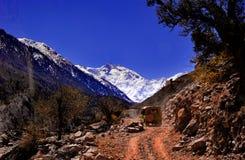 Сценарный высокогорный ландшафт с и горные цепи естественная предпосылка горы Стоковые Изображения RF
