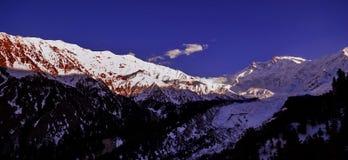 Сценарный высокогорный ландшафт с и горные цепи естественная предпосылка горы Стоковая Фотография