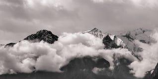 Сценарный высокогорный ландшафт с и горные цепи естественная предпосылка горы Стоковая Фотография RF