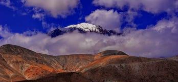 Сценарный высокогорный ландшафт с и горные цепи естественная предпосылка горы Стоковое Изображение