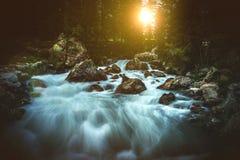 Сценарный высокогорный заход солнца водопада Стоковые Фото