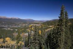 Сценарный городок горы с осинами стоковое фото rf