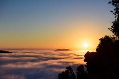 Сценарный заход солнца над облаками и горами Море земли облаков Стоковое Изображение RF