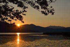 Сценарный ландшафт гребней и солнца горы излучает отражать в t стоковые изображения