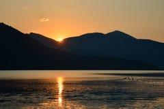 Сценарный ландшафт гребней и солнца горы излучает отражать в t стоковые фото