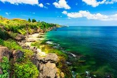 Сценарный ландшафт моря, Бали Высокая скала на тропическом пляже Pantai в Бали, Индонезии Тропическая природа Бали, Индонезии стоковая фотография rf