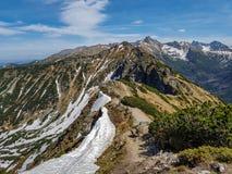 Сценарный ландшафт национального парка Tatra с горами в солнечном весеннем дне с деревней Zakopane голубого неба близрасположенно стоковое фото