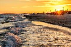 Сценарный ландшафт песчаного пляжа на курорте Anapa на побережье Чёрного моря с занимаясь серфингом волнами и людях на seashore S стоковые фотографии rf