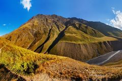 Сценарный ландшафт утра лета в горах Кавказ Солнце как раз пришло вне и освещает ландшафт Trekking ?? Omalo стоковые изображения rf