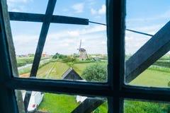 Сценарный ландшафт Kinderdijk дейк, прудов, полей и ветрянки Стоковое Фото