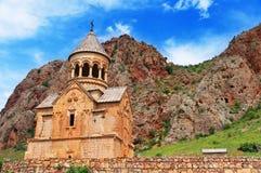 Сценарный монастырь Novarank в Армении против драматического неба Скит Noravank был основан в 1205 Оно расположено 122 km стоковое изображение rf