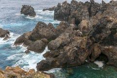 Сценарный одичалый взгляд побережья вулканической породы и естественных бассейнов Стоковая Фотография