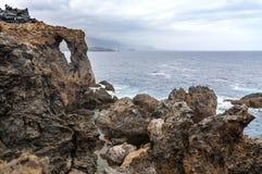Сценарный одичалый взгляд побережья вулканической породы и естественных бассейнов Стоковые Фото