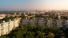Сценарный панорамный взгляд крыши города и Иртыша Омска на августовском утре Стоковая Фотография