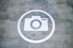 Сценарный пункт для принимает знак фото Покрашенный на конкретной поверхности Стоковое Изображение RF