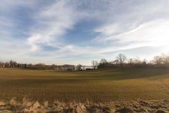 Сценарный сельский ландшафт, поле, голубое небо с облаками Стоковое Фото