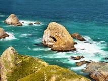 Сценарный скалистый берег моря Стоковые Изображения