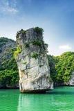 Сценарный штендер и лазурь утеса мочат в заливе Ha длинном, Вьетнаме стоковое изображение