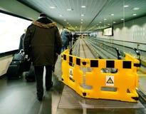 Сцена авиапорта с работниками от дорожки Schindler moving Стоковое Изображение